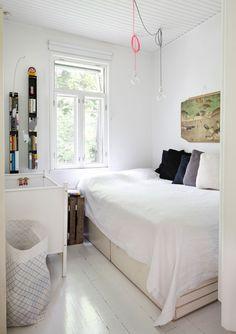 Makuuhuoneen seinällä on opetustaulu Annan lapsuudenkodista. Mustat kapeat Luft-hyllyt ovat Annan suunnittelemat. Pinnasängyn päädyssä on Susanna Venton Cmykistävä-säilytyspussi. Anna on pelastanut arkkitehtitoimistosta isot valkoiset piirrustuslaatikot, jotka on sijoitettu sängyn rungoksi.