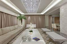 Sala de estar integrada com lustre de cristal
