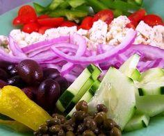 Ensalada griega en mini-cuencos comestibles