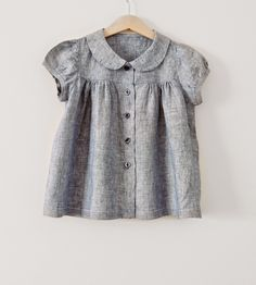 Free upcycle Tutorial - girls' blouse refashioned from a man's shirt.There is nothing like pretty gathers, puffed sleeves and a lovely Peter Pan collar to impart the impression of innocence and sweet baby clothes, baby fashion, baby blouse in grey,Pa Blouse Refashion, Diy Clothes Refashion, Sewing For Kids, Baby Sewing, Sewing Men, Umgestaltete Shirts, Girls Blouse, Little Girl Dresses, Baby Dresses