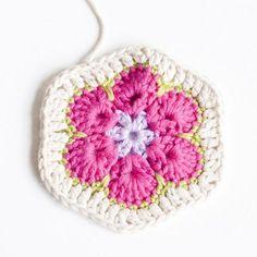 Näin virkkaat afrikankukan | Kodin Kuvalehti Crochet Motif, Free Crochet, Knit Crochet, Crochet African Flowers, Crochet Flowers, Knitting Patterns, Crochet Patterns, Owl Pillow, Diy And Crafts