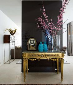 Find stylish examples of black accent walls perfect for a wall in your home that is tough to style. Domino shares photos of black accent walls to try in your home. Black Accent Walls, Black Walls, Black Accents, Home Interior, Interior And Exterior, Interior Decorating, Hallway Decorating, Decorating Games, Decorating Websites