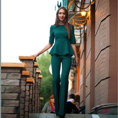 Женский деловой костюм с пышным топом зеленого цвета.