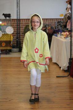 Elysa porte un peignoir en éponge avec application fleurs et capuche lutin