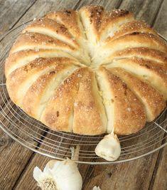Vitlöksbröd – Lindas Bakskola in 2020 Raw Food Recipes, Bread Recipes, Baking Recipes, Empanadas, Cloud Bread, Our Daily Bread, How To Make Bread, Sweet Bread, Bread Baking