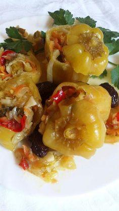 ΓΕΜΙΣΤΕΣ ΠΙΠΕΡΙΕΣ ΤΟΥΡΣΙ    Η torshi λέξη προέρχεται από την περσική λέξη torsh, που σημαίνει «ξινή». Greek Recipes, Pickles, Shrimp, Food And Drink, Appetizers, Homemade, Canning, Meat, Fruit