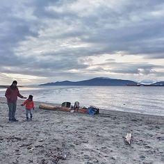 #raincouver when it is not raining is so nice. Saturday evening on the Jericho beach. . Takie rzadkie chwilę łapię kiedy w końcu ten styczeń zdecyduje się przestać lać deszczem. Kto lubi plaże zimowymi wieczorami? My bardzo A jeśli masz ochotę poczytać co robią dzieci kiedy nie są z rodzicami na plaży wpadnij na blog. Jest tam instrukcją obsługi kanadyjskiego playdate. Serdeczności! . . . . . . . . #explorebc #beautifulbc #explorecanada #vancityhype #vancouverisawesome #kanadasienada…