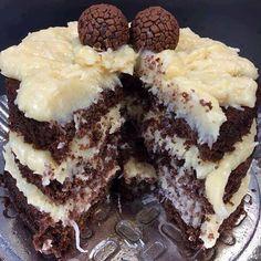 - Aprenda a preparar essa maravilhosa receita de BOLO DE CHOCOLATE COM COCADA MOLE Twix Chocolate, Chocolate Recipes, Sweet Recipes, Cake Recipes, Dessert Recipes, Chocolates Gourmet, Tumblr Food, Best Food Ever, Cake Boss