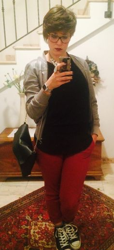 ° Red trousers, black t-shirt, grey leather jacket, pearl necklace °