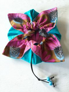 crafts diy Easy to sew Drawstring Flower Pouch & other fun sewing projects that are perfect for the beginne… PAK Drawstring Bag Diy, Drawstring Bag Pattern, Drawstring Bag Tutorials, Pouch Pattern, Easy Sewing Projects, Sewing Projects For Beginners, Sewing Hacks, Sewing Tutorials, Sewing Crafts