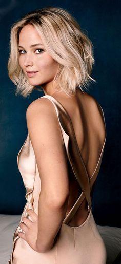 Lei chiama Jennifer Lawrence. Lei è magra, lei è giovane, lei è alto, lei ha i capelli lisci e corti, lei ha gli occhi azzurri, lei è bionda. Lei lavora come attrice.