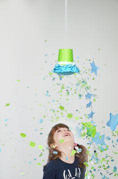 Konfetti geht immer! Heute möchte ich Euch zeigen, wie Ihr die DIY Konfetti Piñata von unserer Kunst & Konfettiparty einfach nachbasteln könnt.