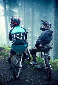 Mountain biking in the woods with friends Mountain Biking, Hardtail Mountain Bike, Mt Bike, Mtb Bicycle, Montain Bike, Downhill Bike, Bike Photography, Rando, Bike Seat