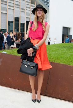 La bloggera y diseñadora de zapatos ha elegido para la Semana de la Moda de Milán un look en colores block con extra de volumen con un toque muy trendy en los complementos: salones de charol de punta, borsalino y bolso modelo Birkin de Hermès.