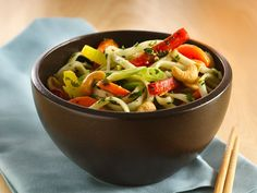 Vegetable-Cashew-Noodle Bowl (betty crocker recipe ideas, love this website!!!) Vegetable Noodles, Vegetable Recipes, Vegetarian Recipes, Yummy Noodles, Decadent Food, Childrens Meals, Lotsa Pasta, Potato Rice, Noodle Bowls