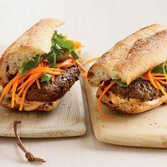 De style vietnamien Banh Mi Burgers    ces hamburgers épicés surmonté avec de la mayonnaise Tabasco-dopés, rubans de carottes marinées croquants et brins de coriandre sont merveilleux. Gardez-les pour faciliter petite finger food.