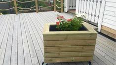no, Slik lager du blomsterkasse med hjul - adressa. Planter Box Plans, Planter Boxes, Garden Plants, Indoor Plants, Outdoor Furniture Plans, Outdoor Living, Outdoor Decor, Painted Doors, Summer Garden