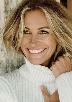 Actress Julia Roberts graces the October 2015 cover of Allure Magazine, looking bright-eyed and at ease in the Tom Munro lensed image. Inside the magazine, Julia looks at the height of pure relaxation wearing a Beauty Advice, Beauty Hacks, Pretty Woman, Actrices Hollywood, Face Framing, Beauty Routines, Hair Color, Hair Beauty, Celebs