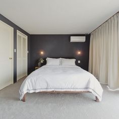床はふかふかのカーペット。 壁は落ち着いた色に。 ベッドサイドの照明は調光式に。 あとは上質なベッドリネンを敷いて、 ホテルライクな寝室になりました。 #denplusegg #デンプラスエッグ #リノベーション #renovation #リフォーム #reform #寝室 #ベッドルーム #bedroom #ホテルライク #hotellike