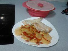 Receta de mi asistente Mari Carmen, Merluza con patatas por 8pp, realizada integramente en nuestro Teflon....que práctico y comodo es :)