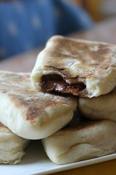 naan bread with Nutella … With another chocolate Nutella Snacks, Köstliche Desserts, Delicious Desserts, Yummy Food, Sweet Recipes, Snack Recipes, Cooking Recipes, Naan, Pan Rapido