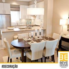 Uma inspiração sofisticada e aconchegante para decorar seu apartamento. Não é preciso uma grande área para ter uma cozinha e sala de jantar requintados para receber a família. O uso de tons claros e bastante iluminação, ajudam a ampliar o ambiente.