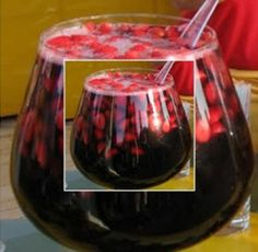 Ponche de Frutas Vermelhas sem Alcool.= 2 maçãs bem vermelhas, lavadas e picadas com a casca. 2 caixas de morangos. 1 caixa de amora. 1 caixa de framboesa. 1 cacho de uva rosada sem semente. 1 litro de soda e/ou guaraná, bem gelado. 500 ml de suco de uva bem gelado. 1 garrafa de sidra sem alcool bem gelado. 1 pau de canela.