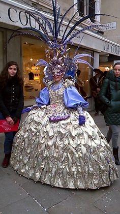 Carnevale per le strade a Venezia