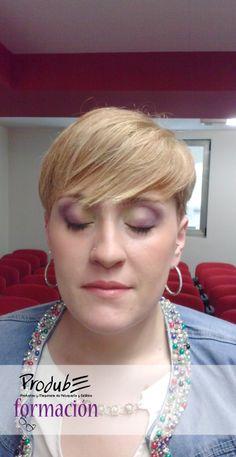 Primera modelo lista!  Un maquillaje natural, con un punto muy especial en los ojos: sombras multi-color, un toque fresco y primaveral!! guau! — en #Prodube.
