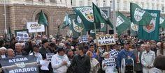 """Стотици членове и симпатизанти на """"Атака"""" се събраха пред Министерския съвет на първия от поредицата национални протести на """"Атака"""" срещу..."""