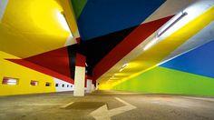 Garage Mont Blanc, Foto:@Elian Chali - Eine Garage die zum grafischen Kunstobjekt umgestaltet wurde kann man in Frankreich bestaunen. Nicht nur eine Masse oder Form, sondern auch Farben können eine Wirkung erzielen.