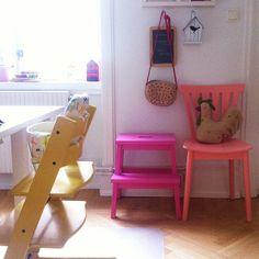 sillas de colores diferentes
