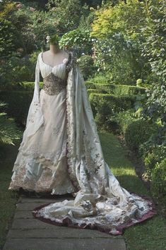 """The History & Beauty of Irish Lace Crochet Irish Wedding dress! [not sure this is actually """"renaissance period"""" but I like it, so here is where I'm putting it] 😉 Vintage Gowns, Vintage Outfits, Vintage Fashion, Beautiful Gowns, Beautiful Outfits, Stunningly Beautiful, Absolutely Gorgeous, Irish Wedding Dresses, Wedding Gowns"""