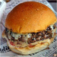 Buddies Burger: hambúrguer de 180 gramas regado com cerveja Budweiser (enquanto está na grelha) e servido com mussarela e molho a base da mesma cerveja.