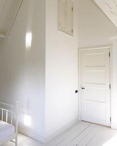 Tijdens het bouwen van ons huis had ik leuk bedacht een klein zoldertje in de slaapkamer met leuke paneel deurtjes en nog steeds sta ik daar 100% achter....echter zou er een houten ladder op maat bij gemaakt worden maar nu 2 jaar later liggen mijn verborgen schatten achter deze deurtjes en ik kan er niet bij  #slaapkamer #zolder #witwonenmetkleur #myhome #binnenkijken #instahome #paneeldeuren #wit #050 #landleven #buitenwonen #home