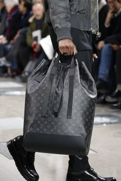 Louis Vuitton Fall 2016 Menswear Fashion Show : Louis Vuitton Fall 2016 Menswear Collection - Vogue The complete Louis Vuitton Fall 2016 Menswear fashion show now on Vogue Runway. Fashion Moda, Fashion Bags, Fashion Show, Mens Fashion, Paris Fashion, Mochila Louis Vuitton Hombre, Louis Vuitton Handbags, Purses And Handbags, Louis Vuitton Homme
