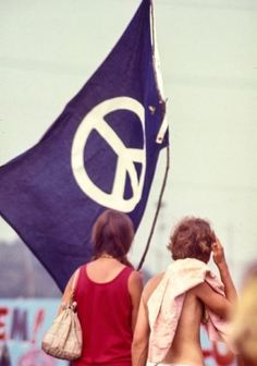 Welcome to fy hippies! This site is obviously about hippies. There are occasions where we post things era such as the artists of the and the most famous concert in hippie history- Woodstock! Hippie Peace, Happy Hippie, Hippie Love, Hippie Chick, Hippie Things, Hippie Style, Peace Flag, Hippie Movement, Hippie Culture