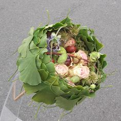 Laura Leong combines ginko leaves, clematis seed heads, pink roses, passion flower and chestnuts.