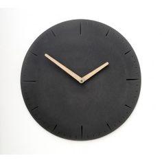 """Die neue Beton-Wanduhr von WertWerke präzisiert den Ausdruck """"Quality Time"""" und setzt mit ihren feinen Details neue Maßstäbe. Mit dieser Betonuhr läuft alles rund – und das auf die Minute genau, Tag für Tag. Die grazile, dynamische Form nimmt dem Beton jegliche Schwere und hält die Zeit mit vollflächigen Minuten- und Stundenzeigern aus Nussbaum oder Eschenholz im Zaum. Bei aller Leichtigkeit besitzt das charakterstarke, in Berlin von Hand gefertigte Stück Design auch Tiefe und macht dank der…"""