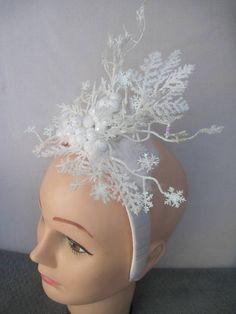 * Dies ist ein Original Tali-Design und verfügt über glitzernde Schneeflocken auf weißen Stechpalme Beeren fallen. * Um das sauber frisch gefallener Schnee-Gefühl zu bekommen habe weißen Schnee Farne, die Schneeflocken und Beeren der Stechpalme. * Kann die Schnee nebligen Luft