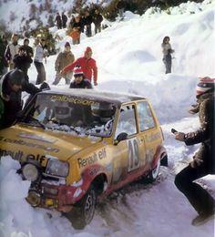 """A rally racing Renault 5 """"en panne""""."""