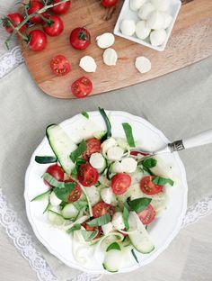 Low Carb Zucchinisalat mit Tomaten und Mozzarella - Gaumenfreundin.de Foodblog
