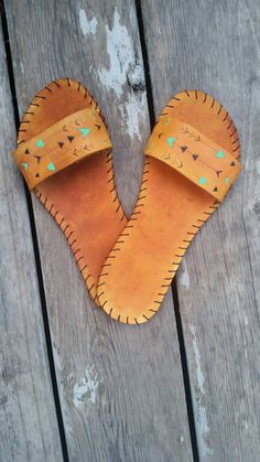 Leather womens sandals made from high quality, sturdy vegetable tan leather. These sandals feature a wide strap to keep them on your feet. The