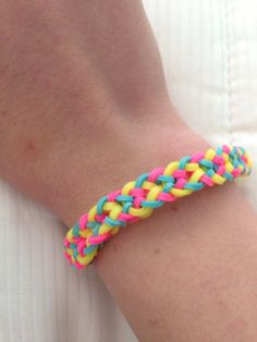 Inverted Fishtail Braid Rainbow Loom Tutorials and instructions on her website Rainbow Loom Tutorials, Rainbow Loom Patterns, Rainbow Loom Creations, Loom Love, Fun Loom, Loom Band Bracelets, Rubber Band Bracelet, Rainbow Loom Bands, Rainbow Loom Bracelets
