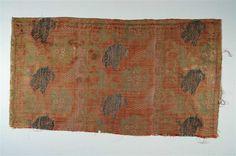 Seidengewebe Lucca, 1. Hälfte des 14. Jahrhunderts Kunstgewerbemuseum Material und Technik Seide, Häutchengold (Leinenseele); Lampas, lanciert, broschiert Maße 50,5 x 28,0 cm