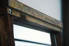 ° Portón  Marco de espejo hecho con carpinterías de una puerta reciclada.  Se conservo el color original de las maderas, los herrajes y bisagras de la puerta, con la idea de conservar los materiales en su estado original.  El espejo esta ubicado de frente al acceso de la casa, y cuando uno entra y lo ve, te genera una ampliación de ese sector.  Medidas: 2,00 x 0,90 cm Entryway Tables, Furniture, Home Decor, Recycled Door, Wood, Frame Mirrors, So Done, Colors, Houses
