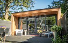 Kantoor van hout in de tuin, uitgevoerd met plat dak