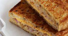 ツナマヨとチーズをはさんだグリルドサンドイッチです。おいし~いコーヒーと一緒に♪