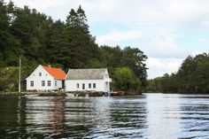 Lake House in Bergen Norway | photography by http://www.julia-wade.com/