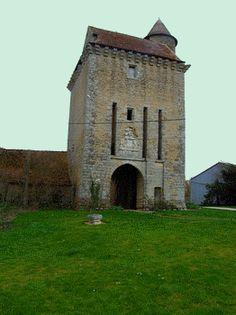 """""""Quel magnifique chatelet !"""" ai je crié en découvrant la haute construction du château fort de Paudy dans l'Indre. Archères, mâchicoulis, pont levis, douves, herse.... Toutes les astuces défensives médiévales se retrouvent dans cette beauté."""